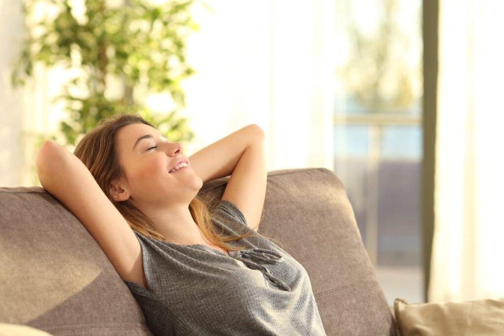 femme confort canape