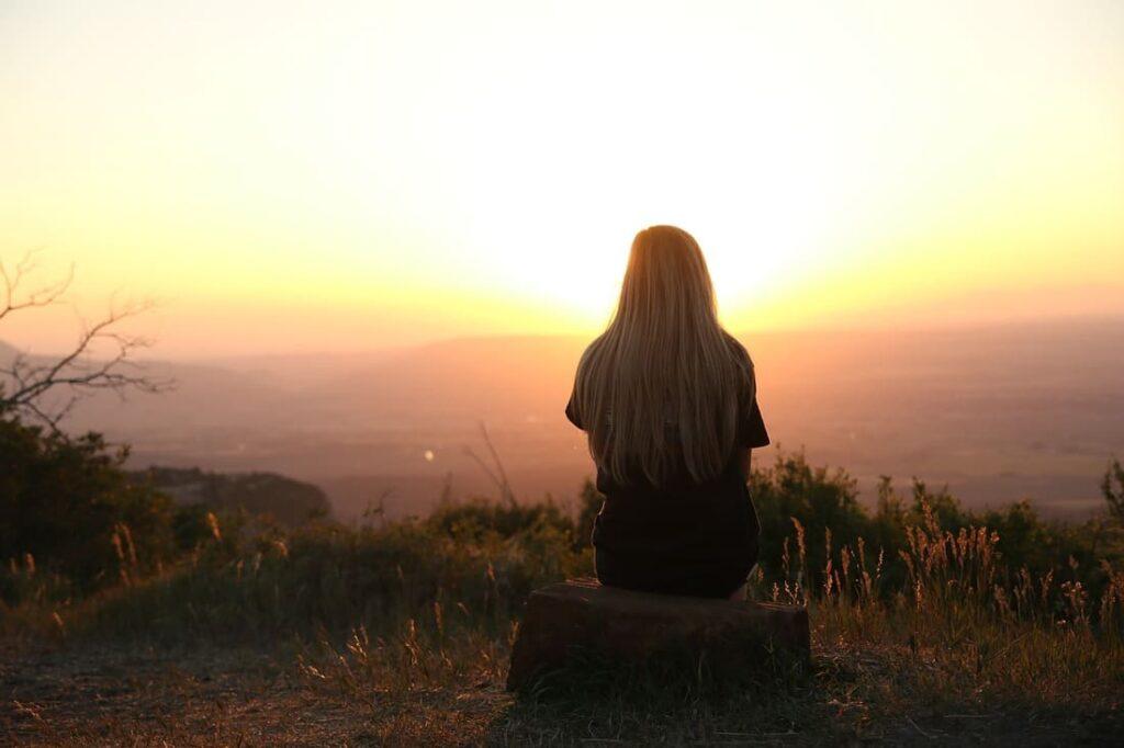 femme equilibre coucher de soleil